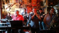 Allen Hoist sax, Philippe Slominski trompette, Pascal Bret guitare, Philippe Mouton basse, Assen Tsankov batterie
